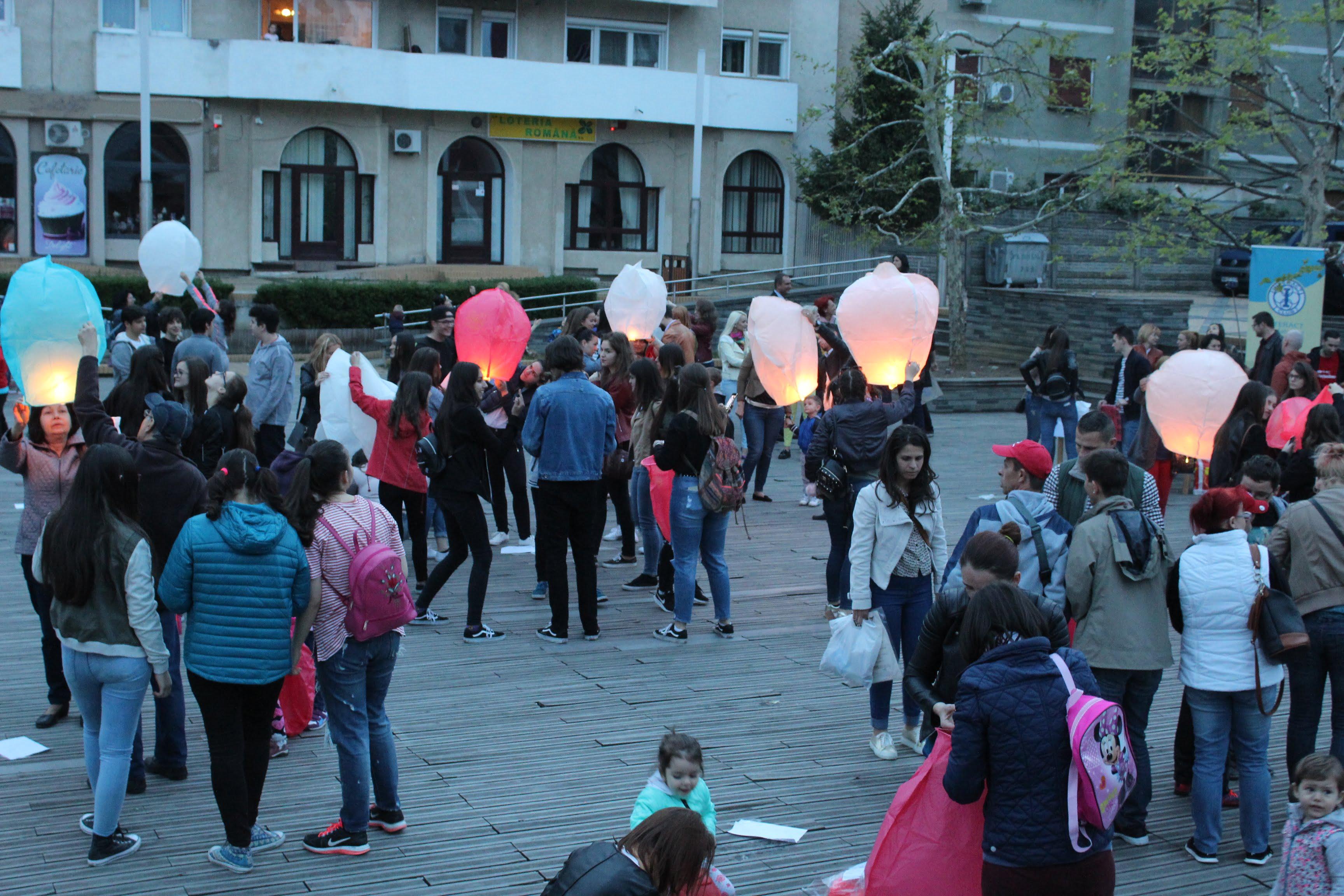 Zeci de lampioane au luminat cerul orașului. S-a stat la rând pentru a dona cărți în schimbul lor