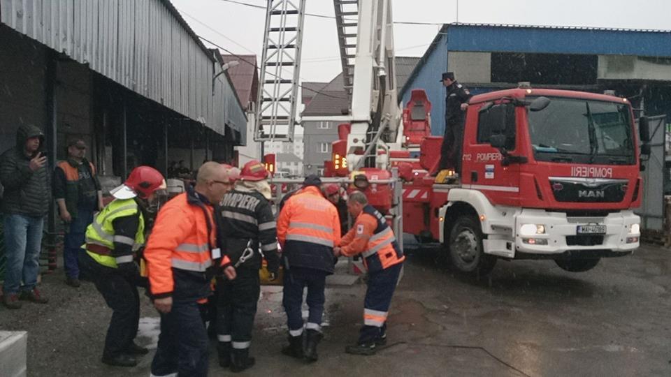 Un bărbat a căzut de la 3 metri, în timp ce repara un acoperiș