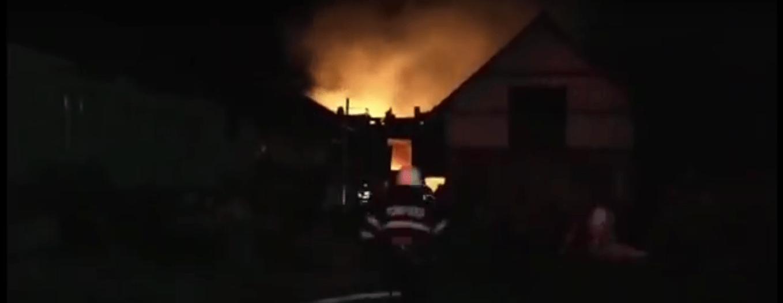 Un incendiu violent a trezit toată localitatea Apateu