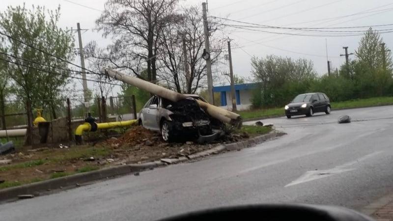 Aproape de tragedie! Patru sătmăreni beți au intrat cu mașina într-un stâlp la Baia Mare