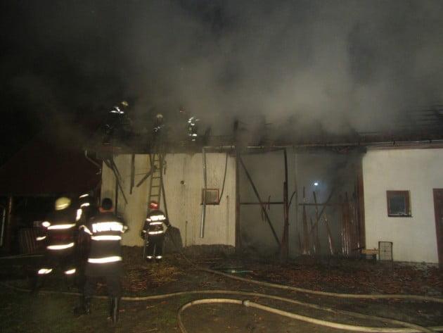 O șură și un grajd din Căpleni au ars după ce copiii s-au jucat cu focul în zonă