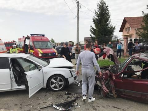 GALERIE FOTO – Accident brutal în Amați! Două mașini făcute zob și două persoane rănite