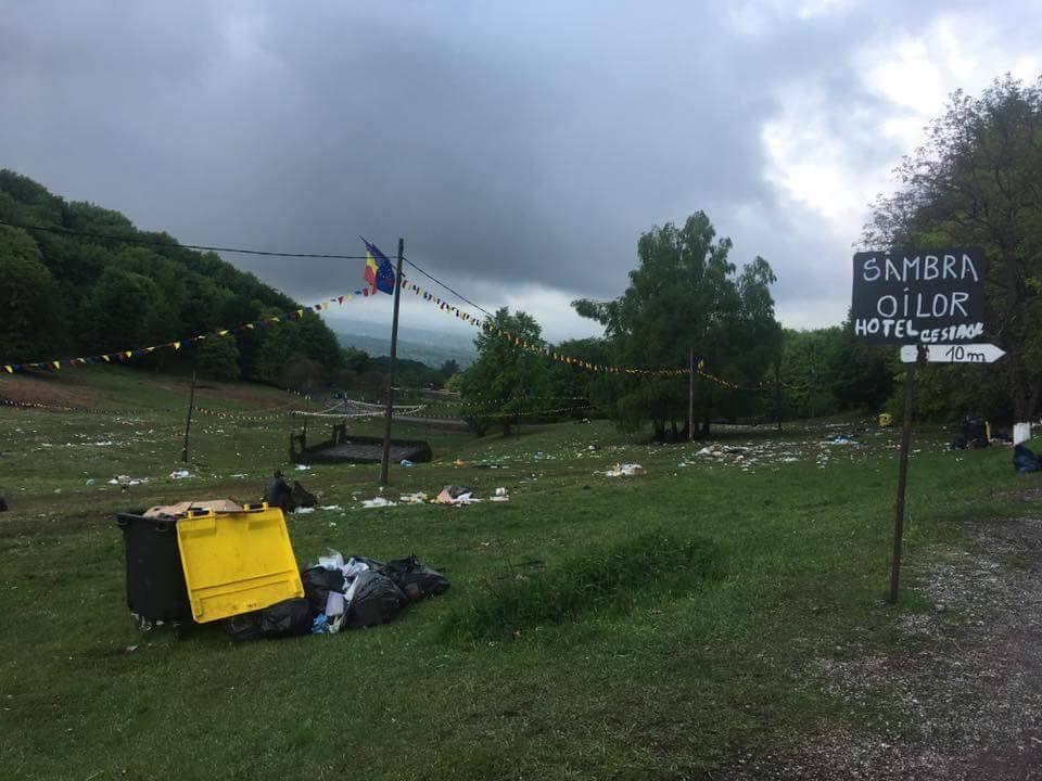 Munți de gunoaie rămași după Sâmbra Oilor – PEISAJ DEZOLANT