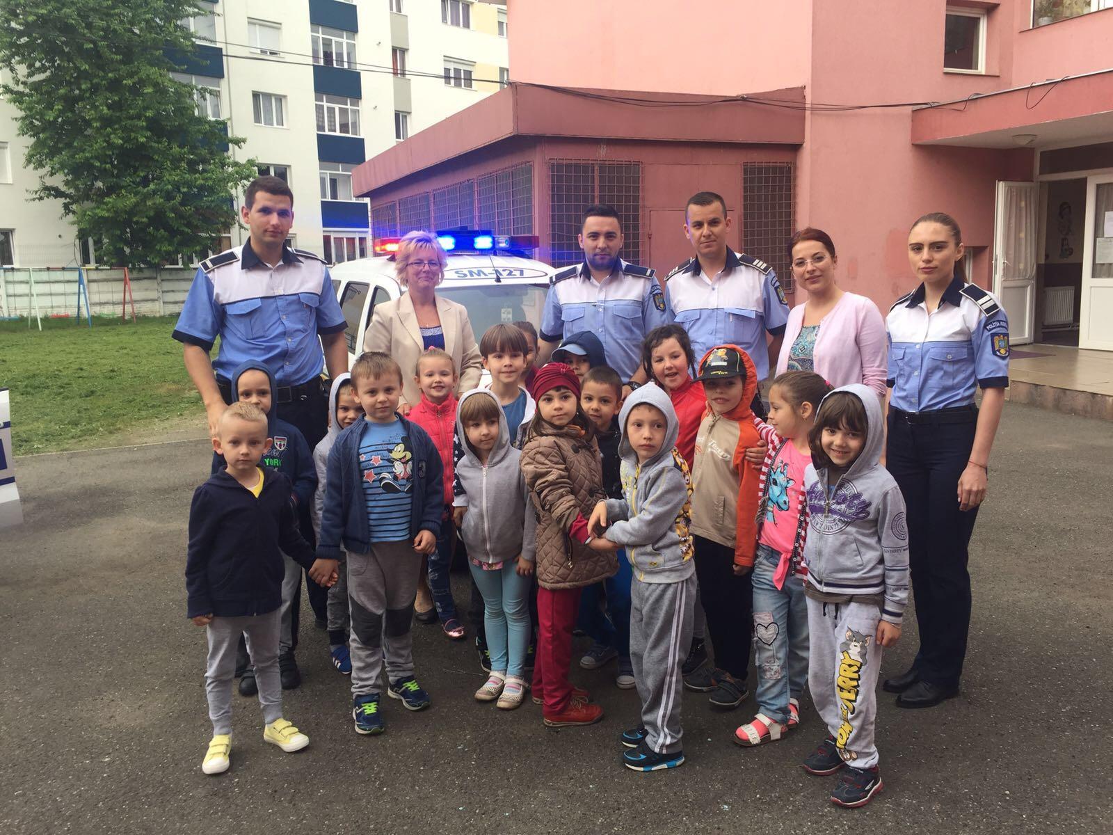 Poliția rutieră și de prevenire s-a împrietenit cu piticii din grădinițele din Satu Mare