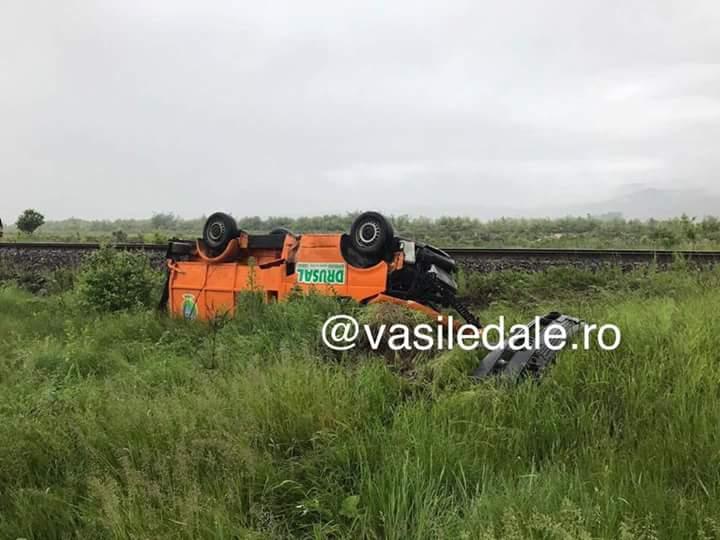 Trenul Satu Mare – Baia Mare – Jibou a lovit o mașină de salubritate. Șoferul a fost aruncat din mașină