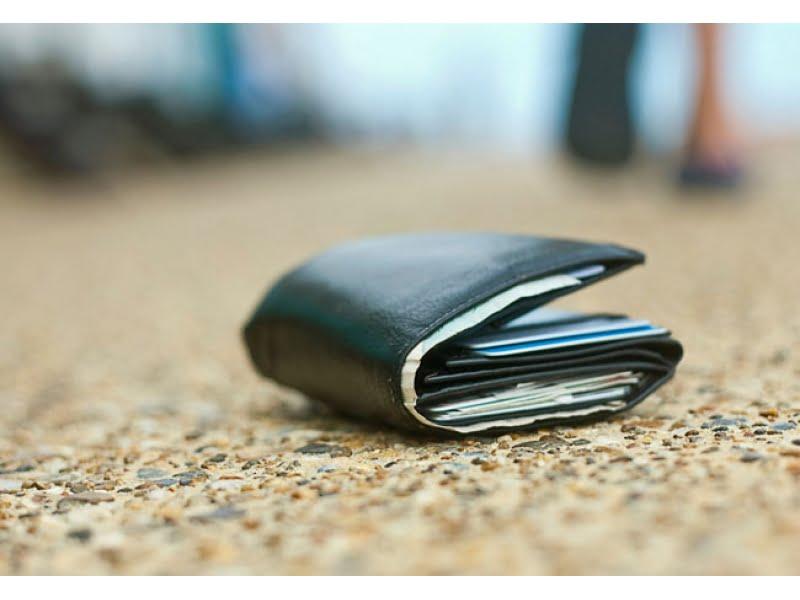 Mai există și oameni cu spirit civic – au predat la poliție un portofel găsit pe stradă