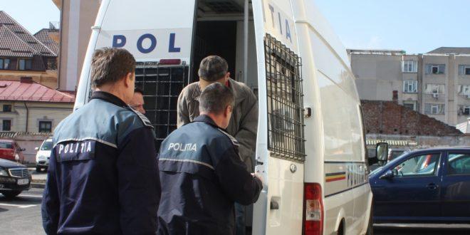 Doi bărbați, căutați de ceva vreme, au fost conduși de polițiști după gratii