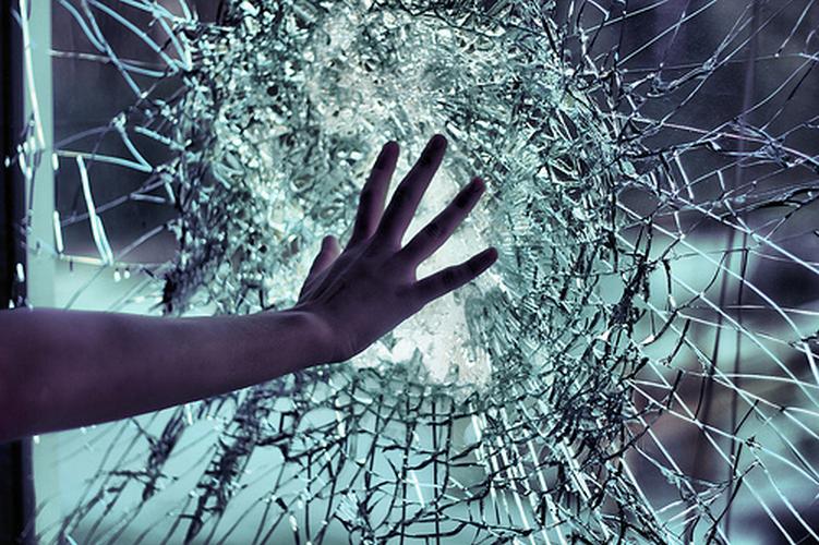 O puștoaică din Orașul Nou a făcut țândări geamul unui vecin
