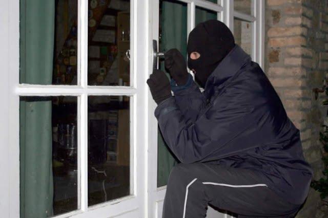 Un maghiar a fost reținut de polițiști după ce scotocit o casă nelocuită din Supur