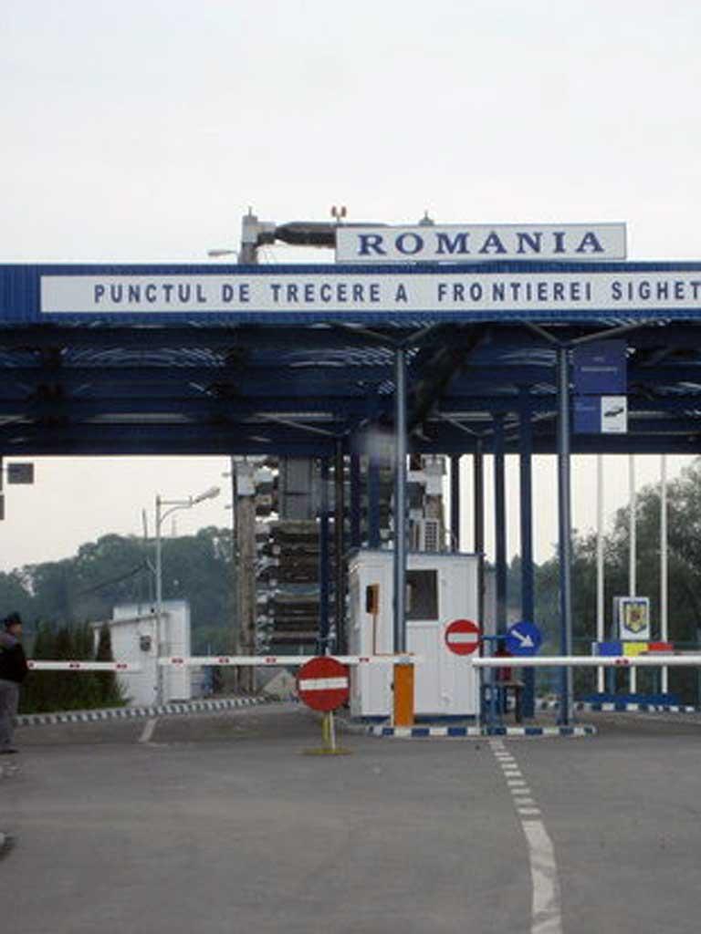 Un șmecher cu Maserati a vrut să intre în țară cu 380.000 de euro fără să îi declare
