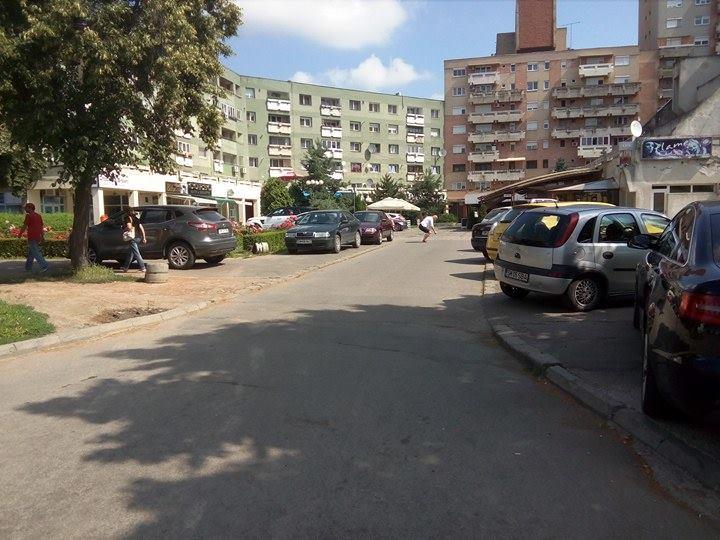 Gata cu șmecherii cu mașini printre terase!!! Primăria blochează accesul autoturismelor în fața agenției Tarom