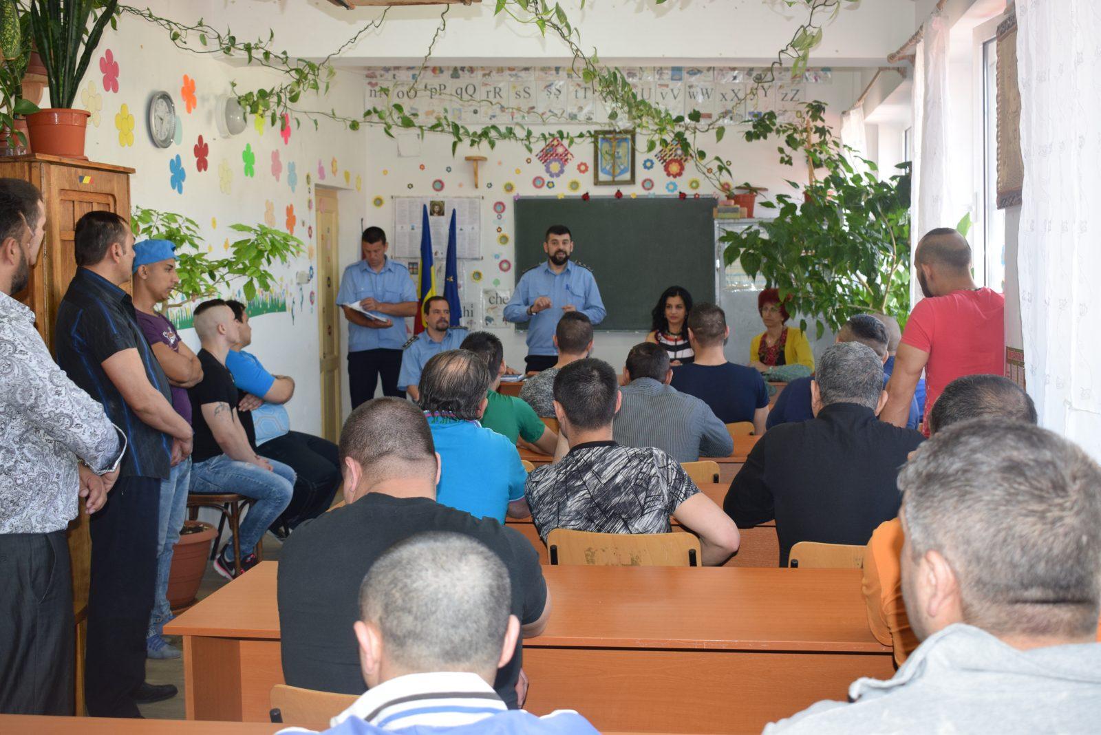 Elevii de după gratii. 30 de deținuți au fost felicitați și premiați la sfârșitul anului școlar