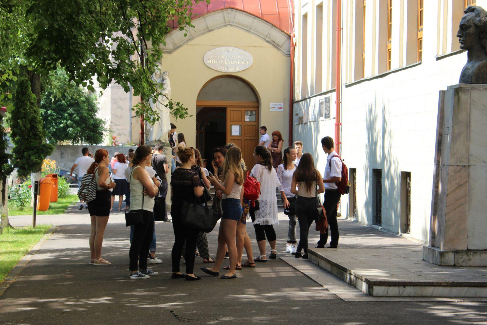 A tegnap érettségiző szatmári diákok nagy jegyet várnak a matematika és történelem írásbelin