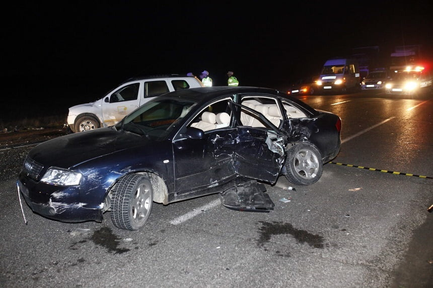 O șoferiță beată a distrus două mașini