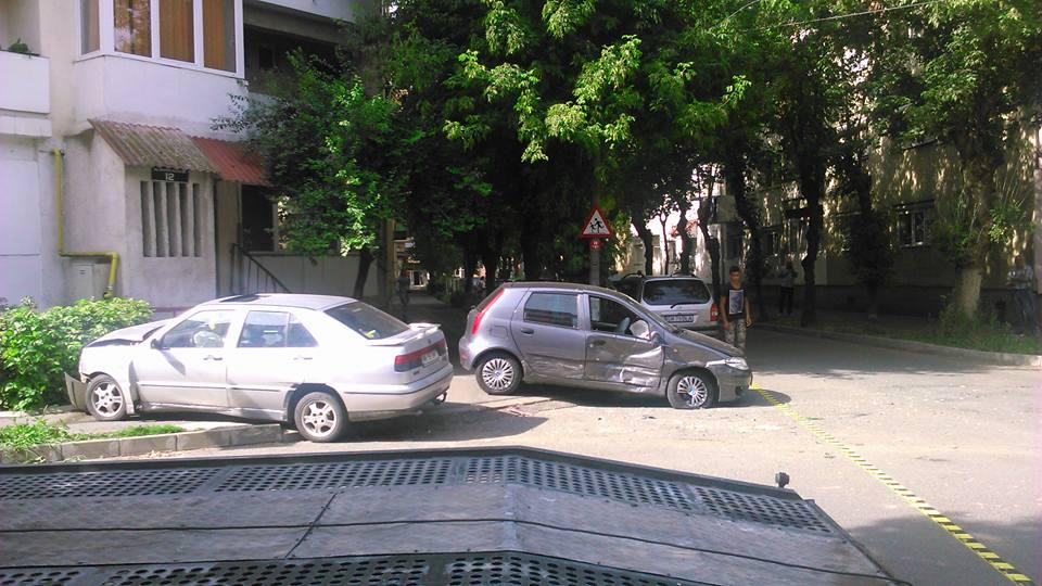 Accident în Micro 16. Două mașini s-au ciocnit și au ajuns pe trotuar