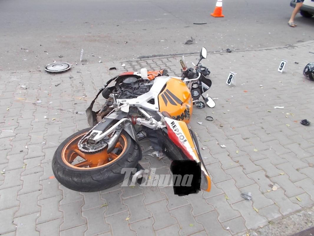 Un motociclist nu a păstrat distanța și a intrat într-un autoturism