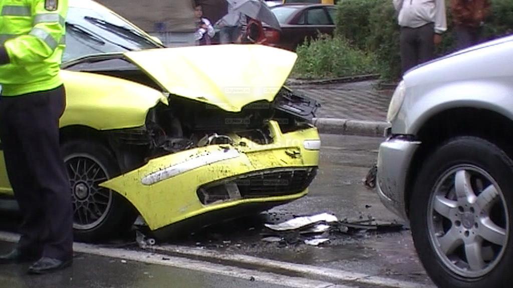 Neacordarea de prioritate  cauzează accidente! Două mașini s-au ciocnit