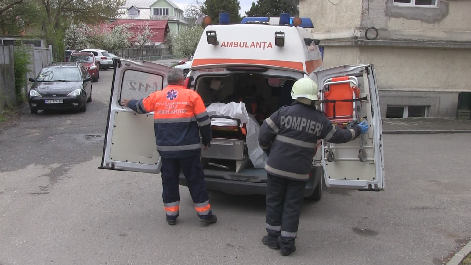 Bărbat căzut de pe o scară metalică. A fost sesizată poliția