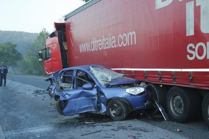 Accident mortal în Turulung. O mașină cu patru persoane a intrat sub un TIR