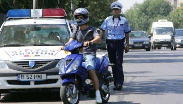 Tânăr fără permis prins pe un moped