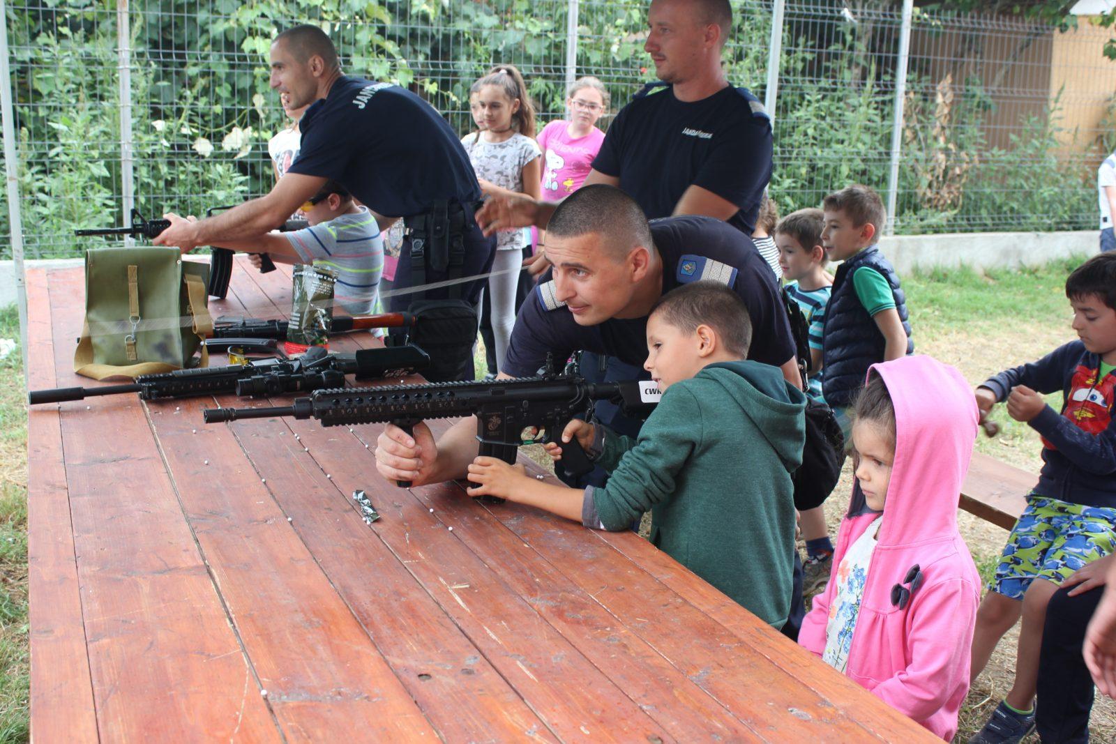 Jandarmii în tabără! Activităţi preventiv educative în cadrul taberei de la Mărtineşti