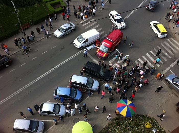 Scene de terorism la Satu Mare. Un Porsche a intrat pe trotuar să dea peste niște rromi