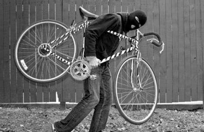 Hoț de biciclete, prins în flagrant de polițiștii locali