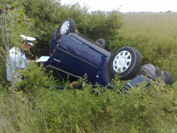 Un șofer de mașină cu volan pe dreapta a băgat o fată de 15 ani în spital. N-a reușit să stăpânească mașina în curbă
