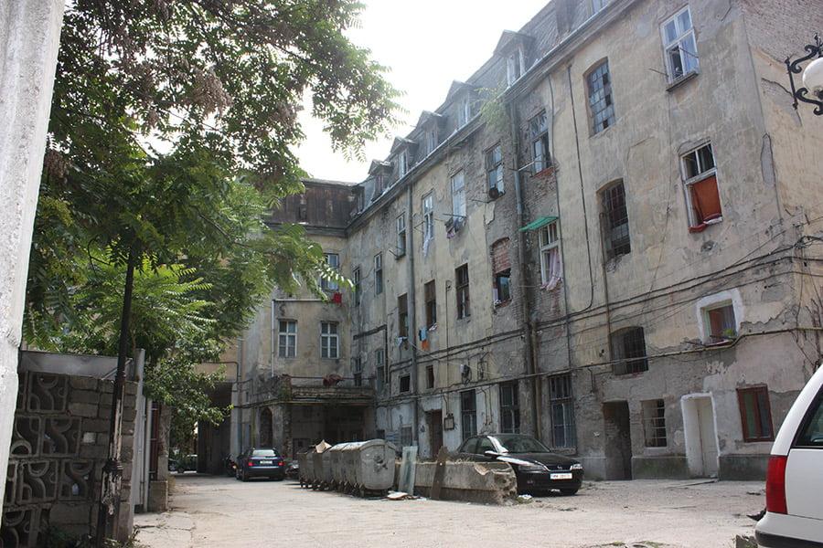 Până unde a ajuns tupeu boschetarilor de pe Corso: s-au c***t în mijlocul unei terase după ce au spart o plasmă