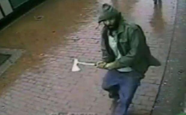 Un bărbat a fost atacat cu securea în parcarea unui supermarket din oraș. A scăpat cu viață