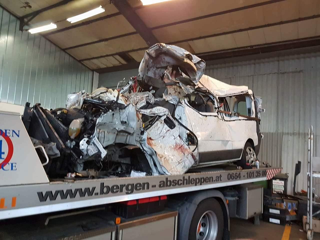 Autocarul implicat în accidentul din Viena, o grămadă de fier vechi. Imagini care îți dau fiori