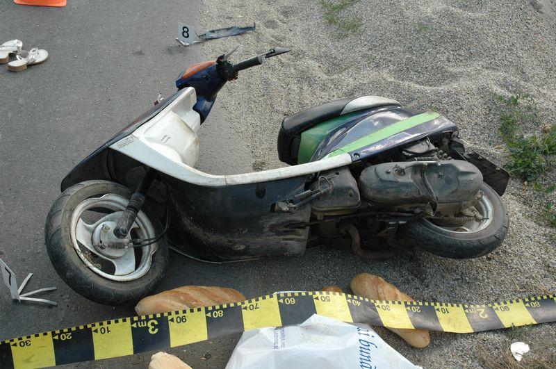 Un tânăr din Micula Nouă s-a accidentat grav după ce a căzut cu mopedul în șanț. Nu avea permis, nici mopedul acte