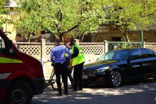 Biciclist în stare gravă în spital după ce a fost lovit cu ușa de la mașină de un șofer care staționa