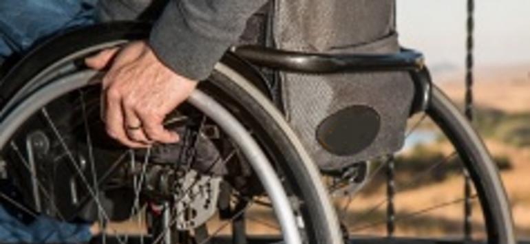 Bărbat în scaun cu rotile, accidentat la Apateu. Șoferița vinovată a fugit de la locul accidentului