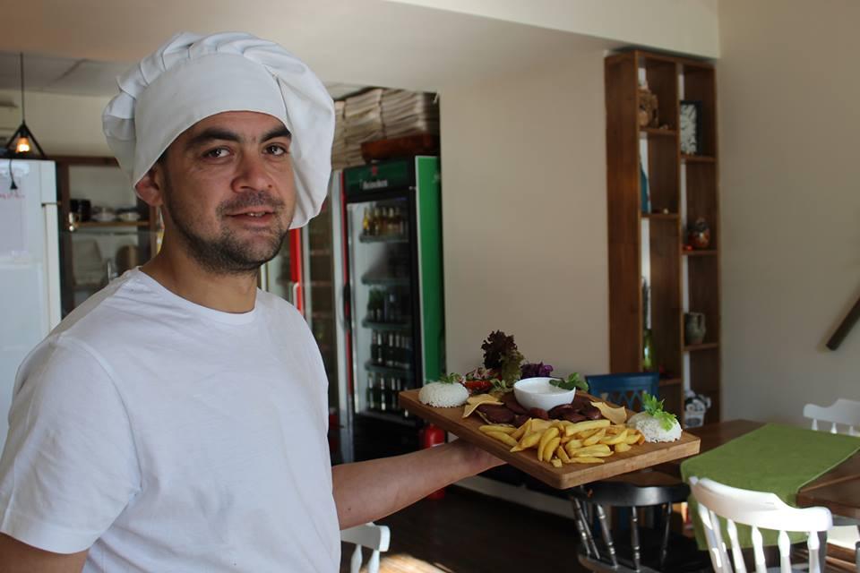 Povestea unui cetățean turc stabilit în Satu Mare. Înainte de haina de bucătar conducea două afaceri în Turcia