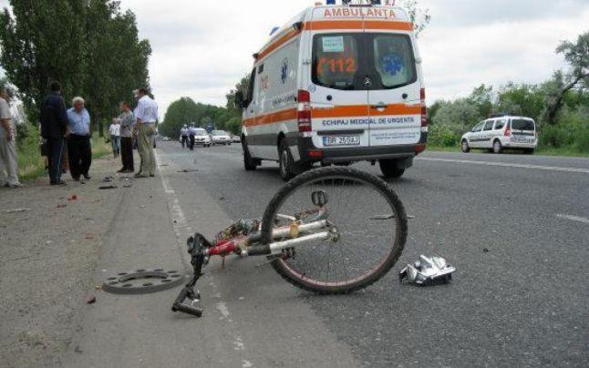 Accident stupid la Livada. Biciclistă rănită după ce a fost lovită cu ușa de la mașină
