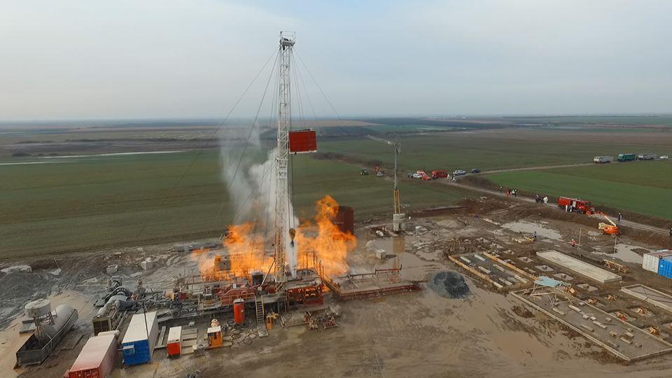 Sătmărenii așteaptă ajutor de la canadieni pentru a lichida incendiu de la sonda de la Moftin
