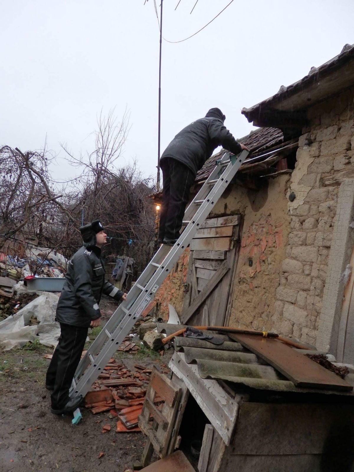Poliția locală din Medieș a oprit un bărbat care voia să se spânzure în podul casei unor vecini