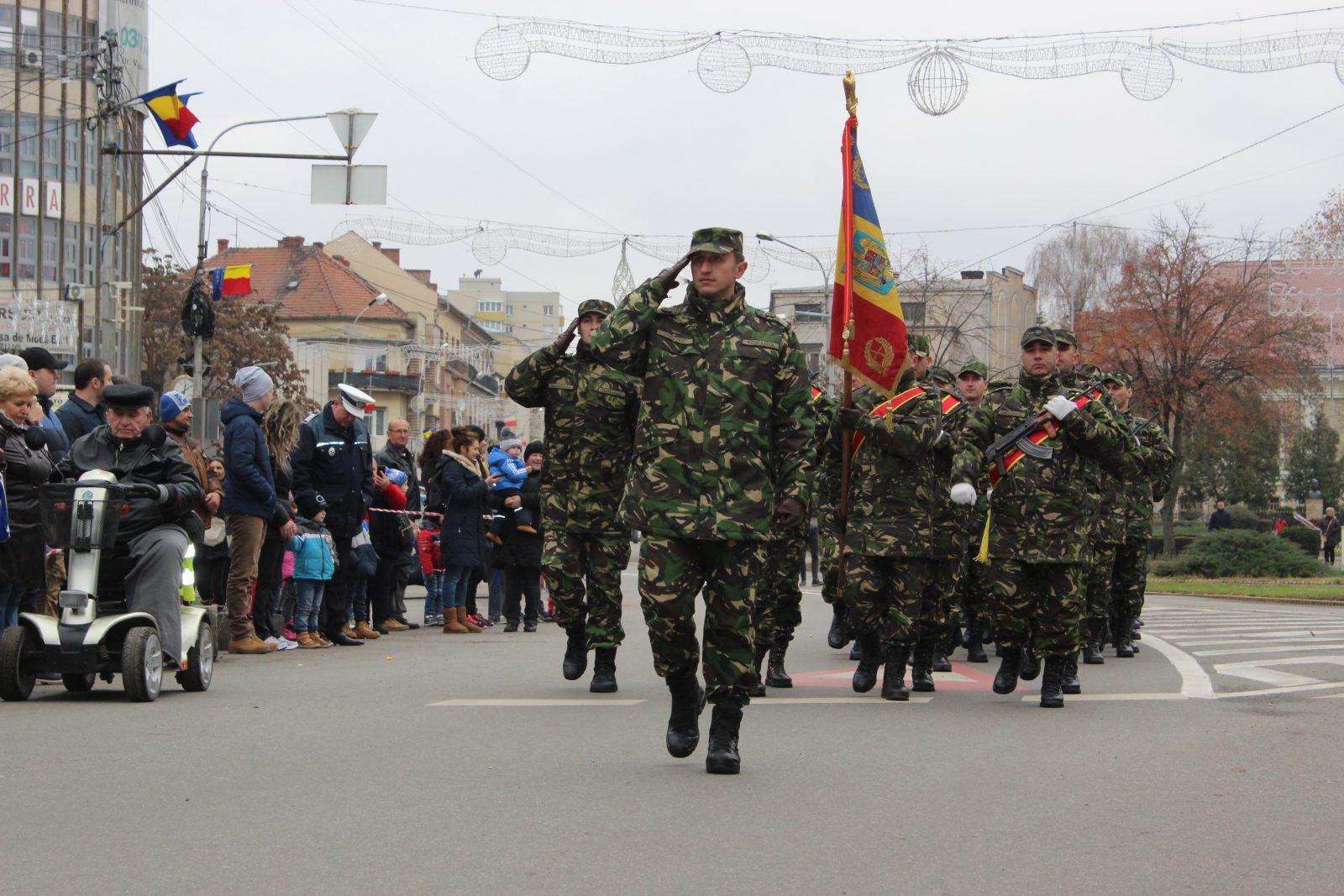 Paradă militară extrem de scurtă de 1 Decembrie la Satu Mare. Lumea a plecat acasă dezamăgită