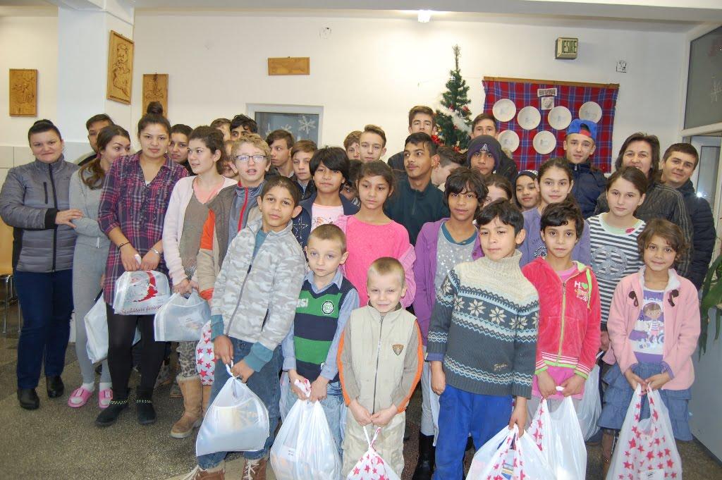 250 de copii vor avea sărbători mai fericite datorită angajaților Draxlmaier, care le-au dus pachete de Crăciun