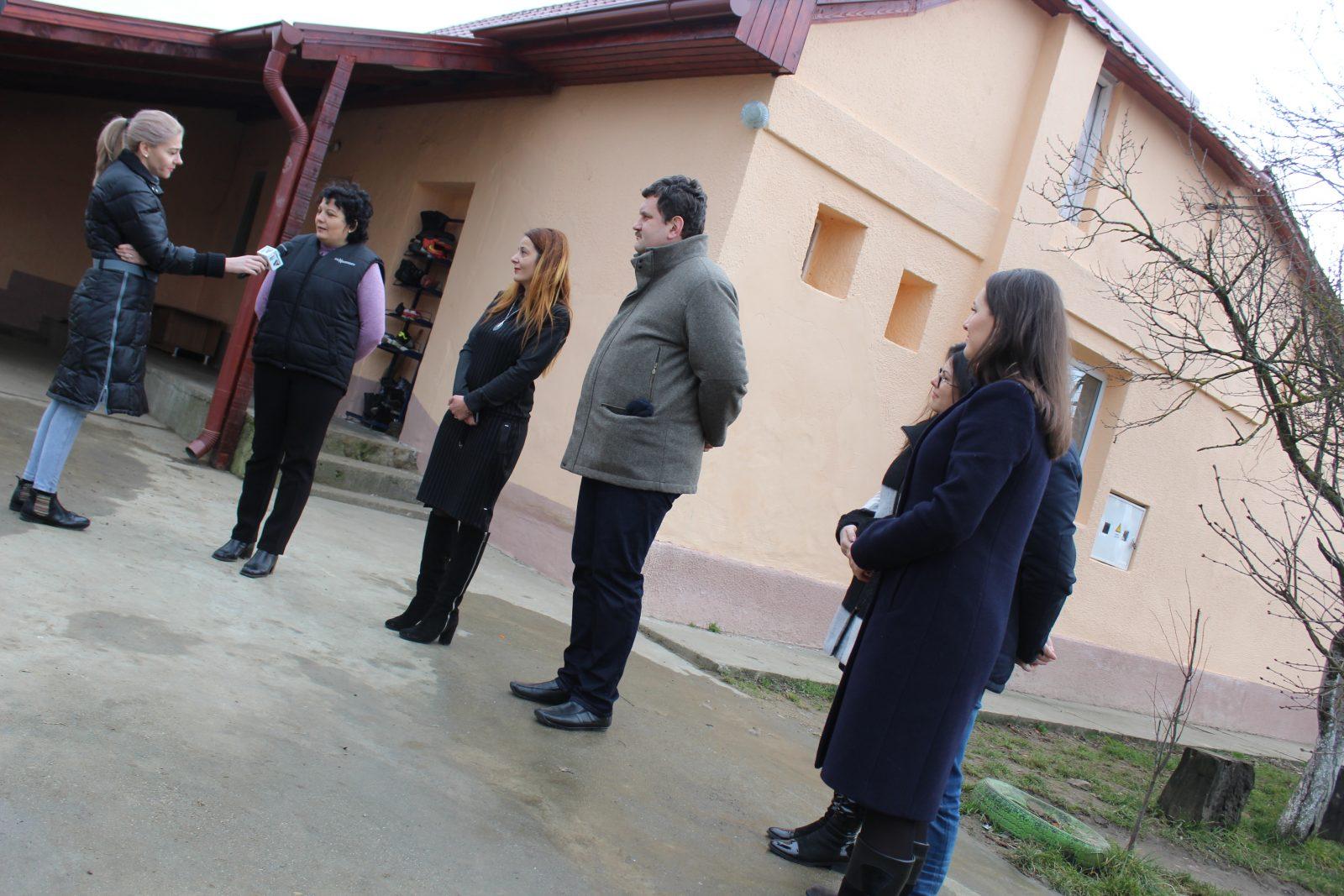 Lecție de civism și implicare în societate! Tinerii de la Rotaract au salvat copiii dintr-un centru de la a sta într-o casă în care până nu demult ploua