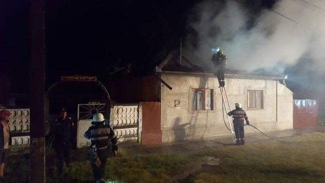 Un acoperiș s-a făcut scrum la Negrești. Pompierii au ajuns cu greu la incendiu pe un drum înfundat și au fost nevoiți să tragă apă din fântână