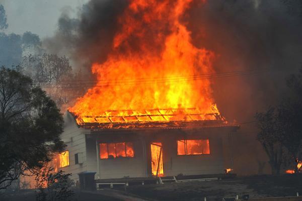 Unui oșan i-au ars un ATV, două frigidere și o mașină într-un incendiu. Focul a fost pus intenționat