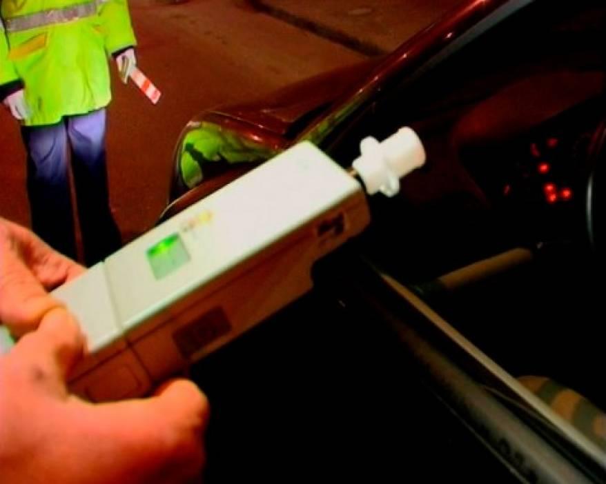 Polițiștii au oprit un șofer care le-a dat etilotestul peste cap. Avea o alcoolemie  de comă alcoolică