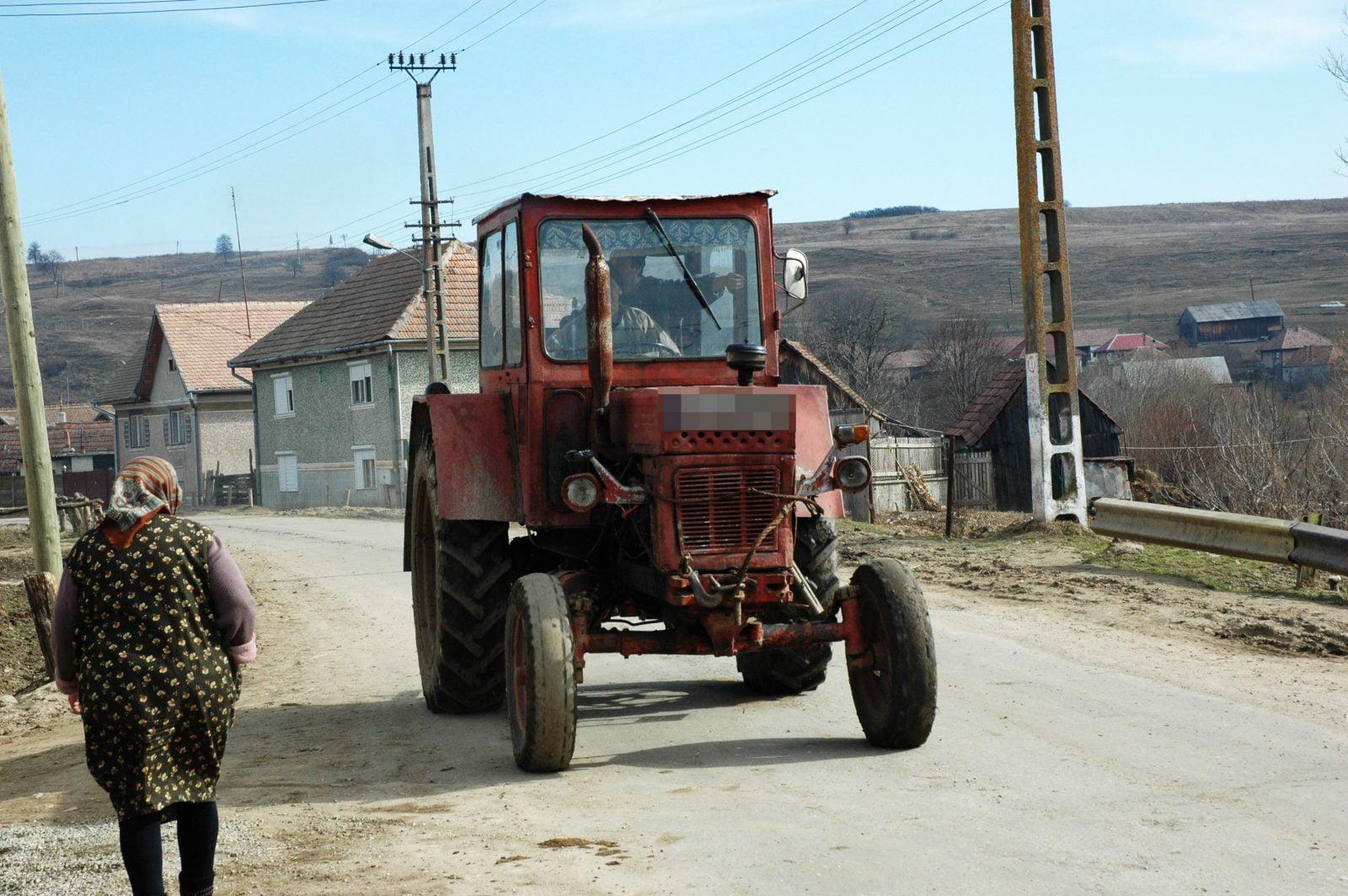 Accident mortal la Medieș. Un bărbat a călcat un copil cu tractorul în curtea casei