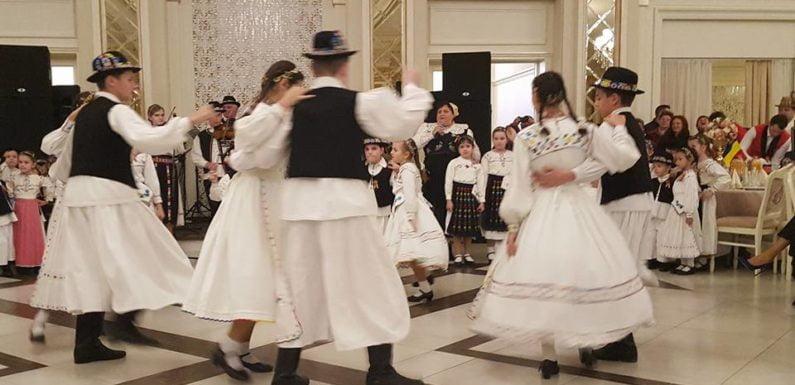 De la mic până la mare, codrenii s-au petrecut pe cinste seara trecută la Balul Codrenilor – Muzica, dans și tort cu scena de la 1 Decembrie 1918