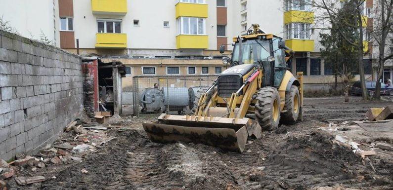 """GALERIE FOTO – Primăria a făcut curățenie cu buldozerul în """"cuiburile"""" de prostitoate de pe Corvinilor"""