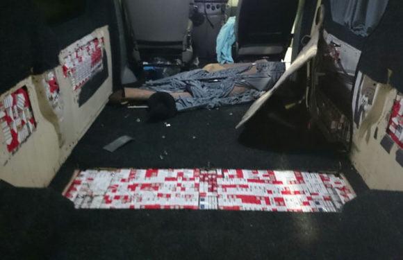 Polițiștii de la Petea au prins doi români cu mii de pachete de țigări ascunse în podeaua mașinii