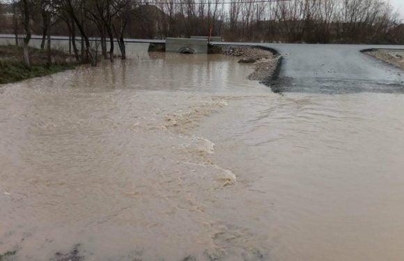 Galerie FOTO & VIDEO – Tășnadul este sub ape după ploaia de azi noapte. Apa a intrat în casele oamenilor