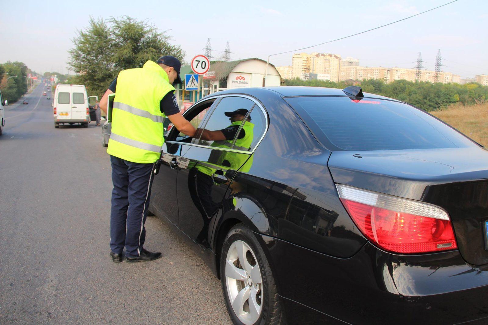 Un tânăr fără permis și-a montat pe mașina neînmatriculate plăcuțe false și a ieșit la plimbare. Poliția i-a venit de hac rapid